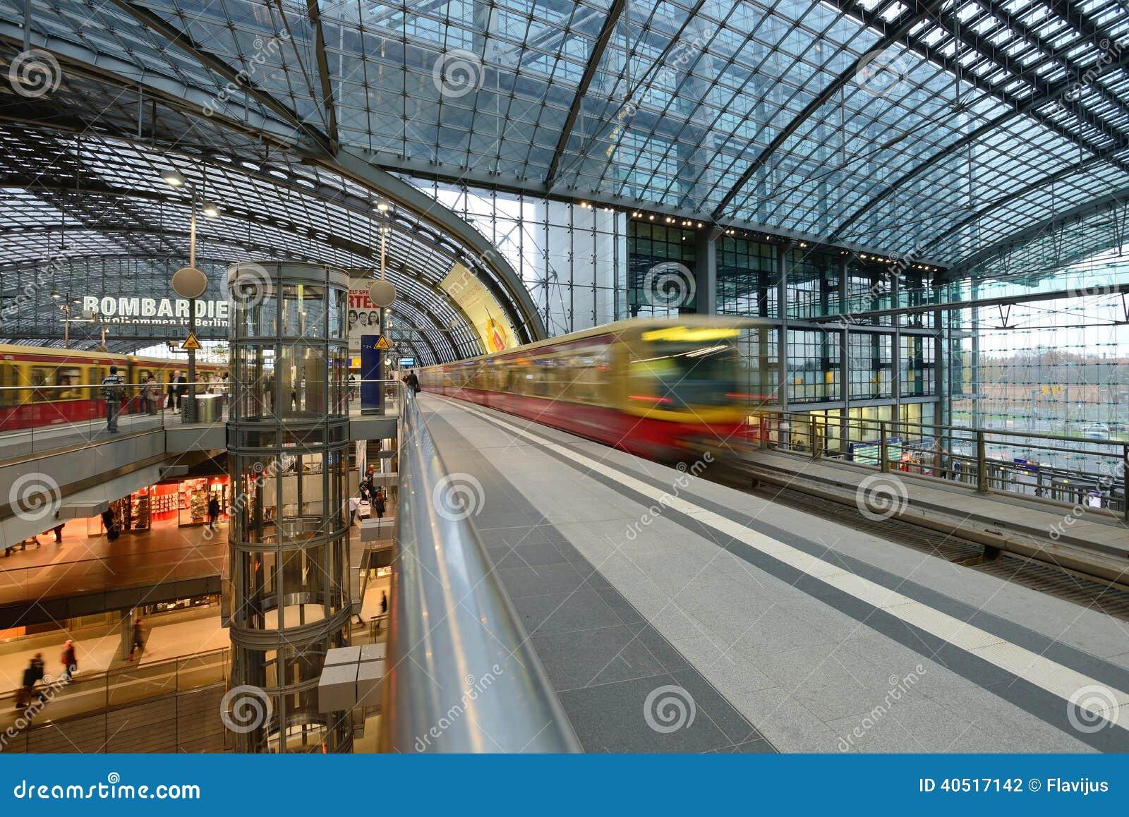 2013年11月23日的柏林中央火车站在柏林,德国 1,800列火车叫在驻地图片