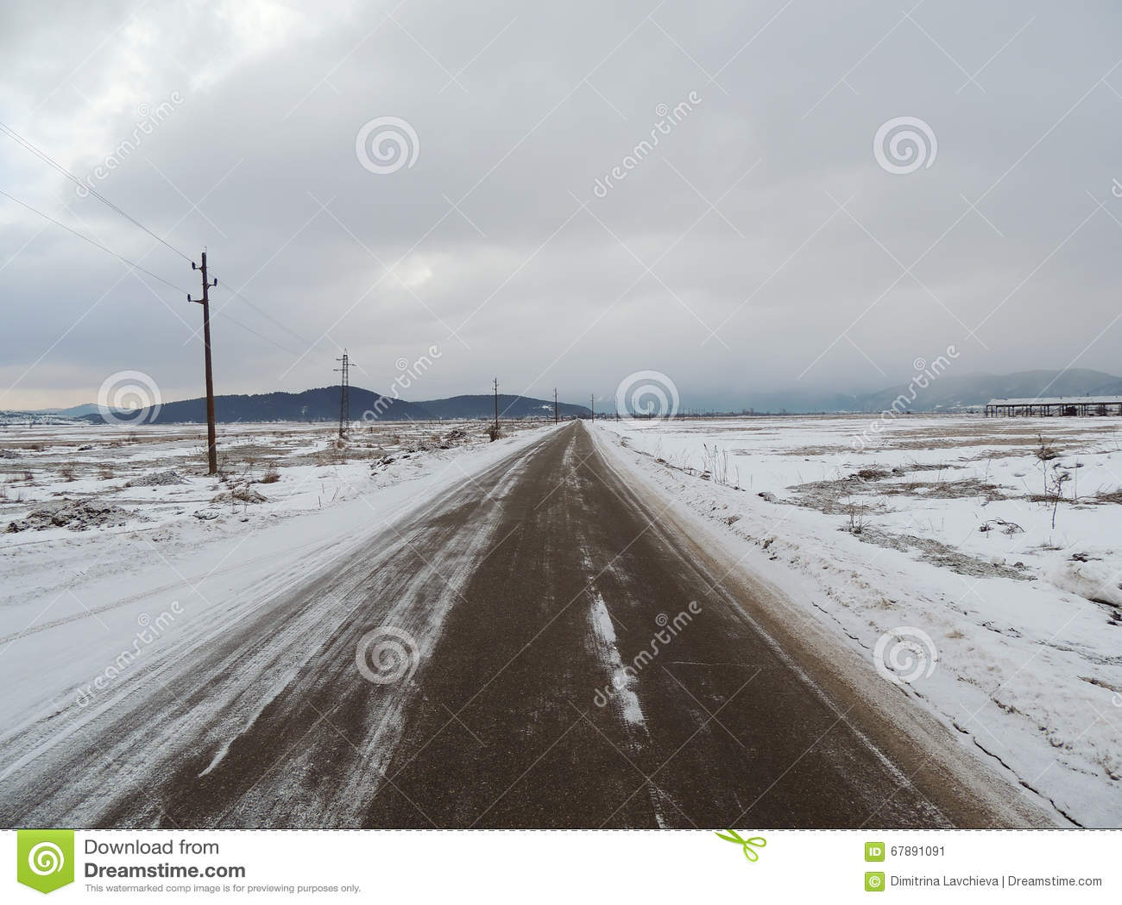 柏油路低谷多雪的领域