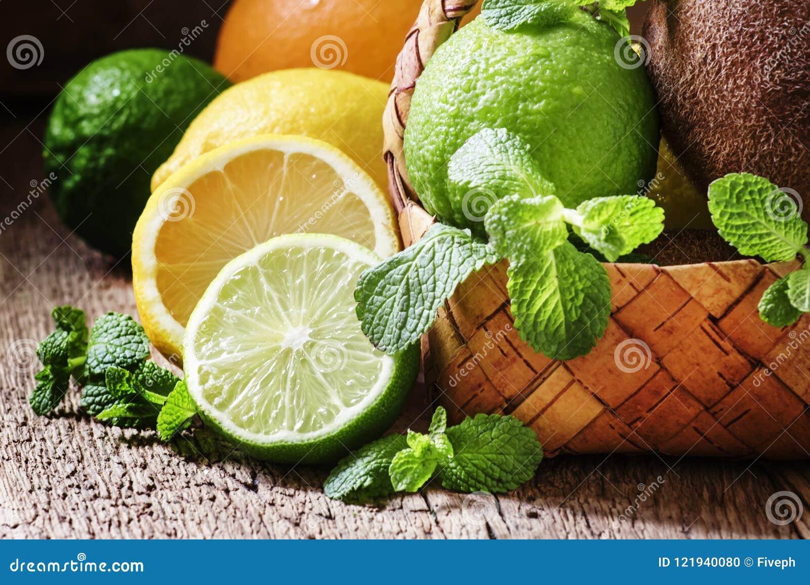 柑橘水果、猕猴桃和薄荷叶在一个柳条筐,葡萄酒