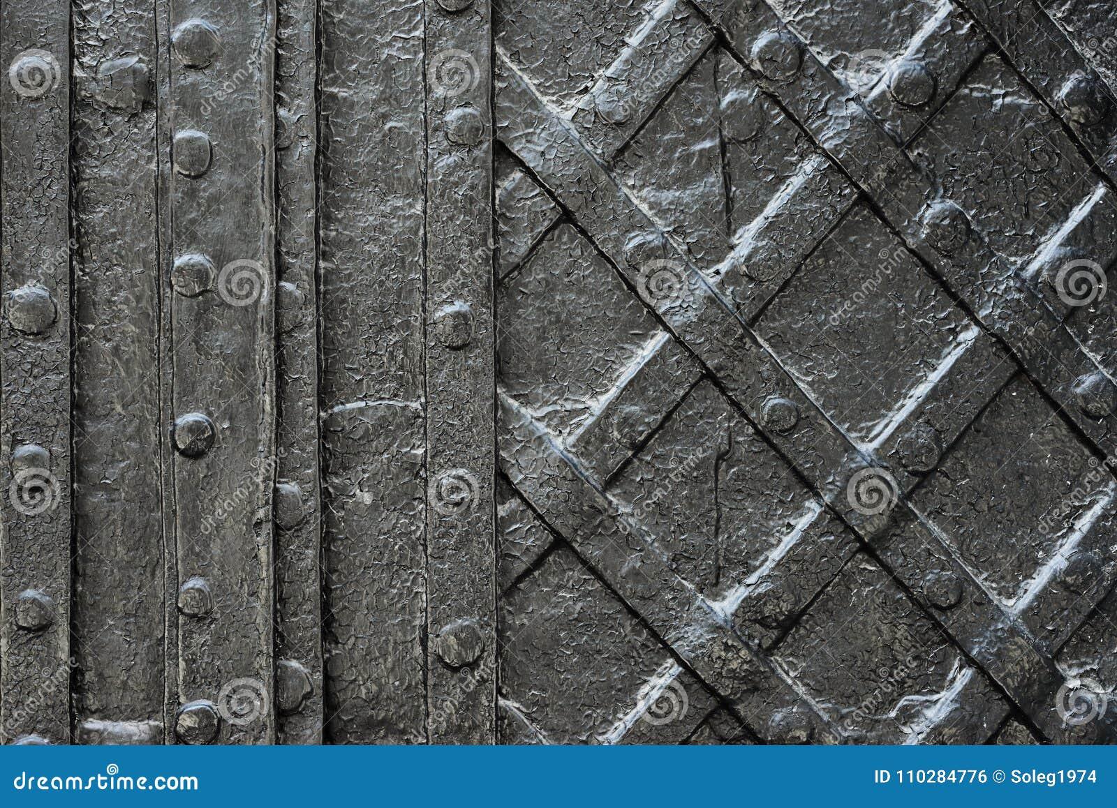 染黑纹理的伪造的铁门或背景,城堡门背景古老建筑学
