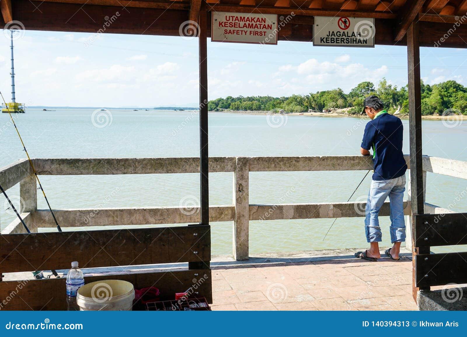 柔佛州,马来西亚- 2019年2月:钓鱼由跳船的一个人在柔佛州河