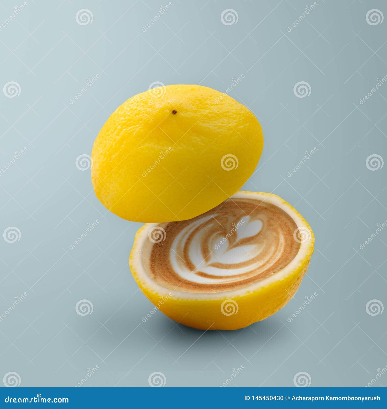 柠檬当代艺术用咖啡里面在蓝色背景