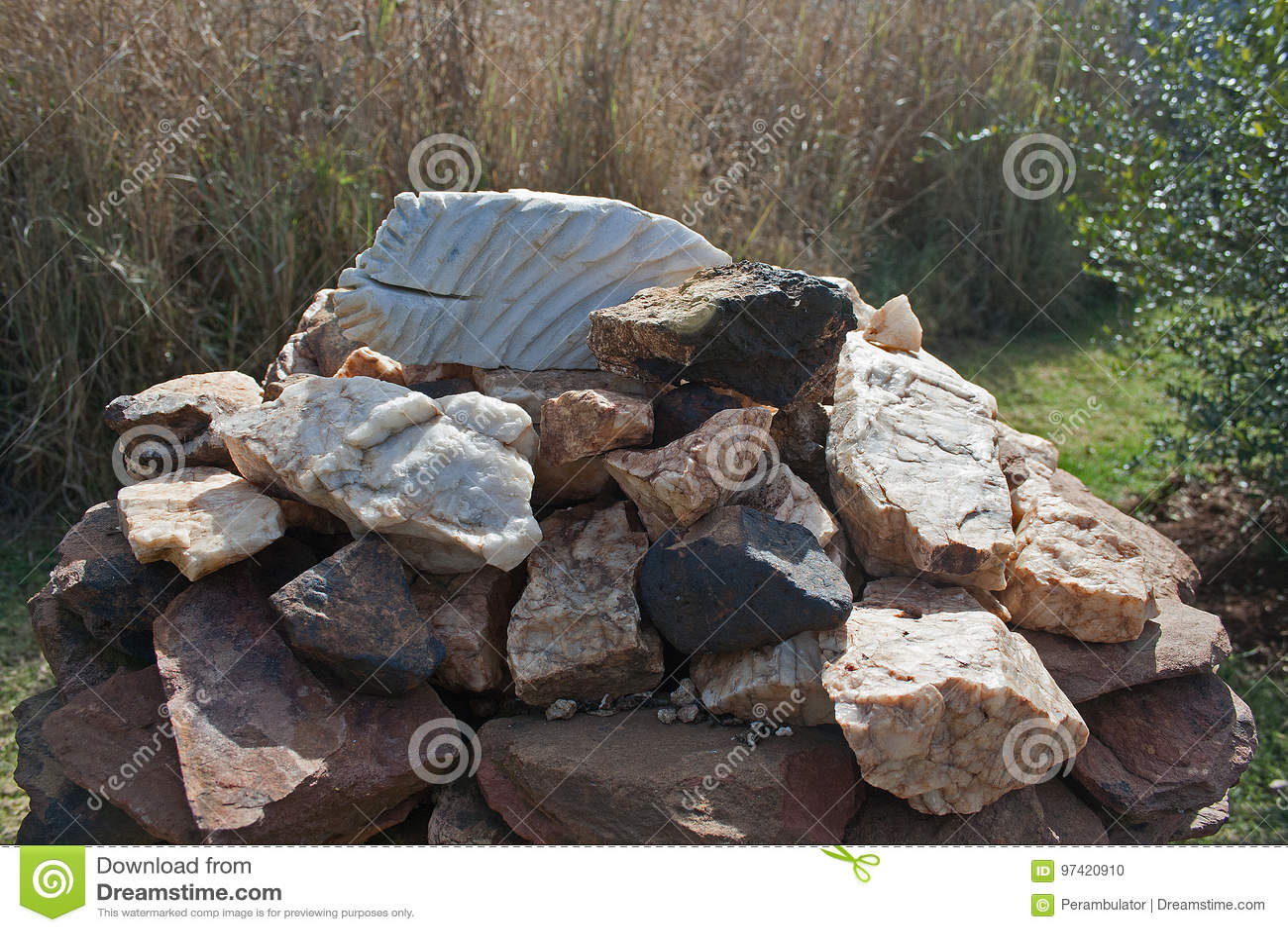 查出的例证反对堆岩石