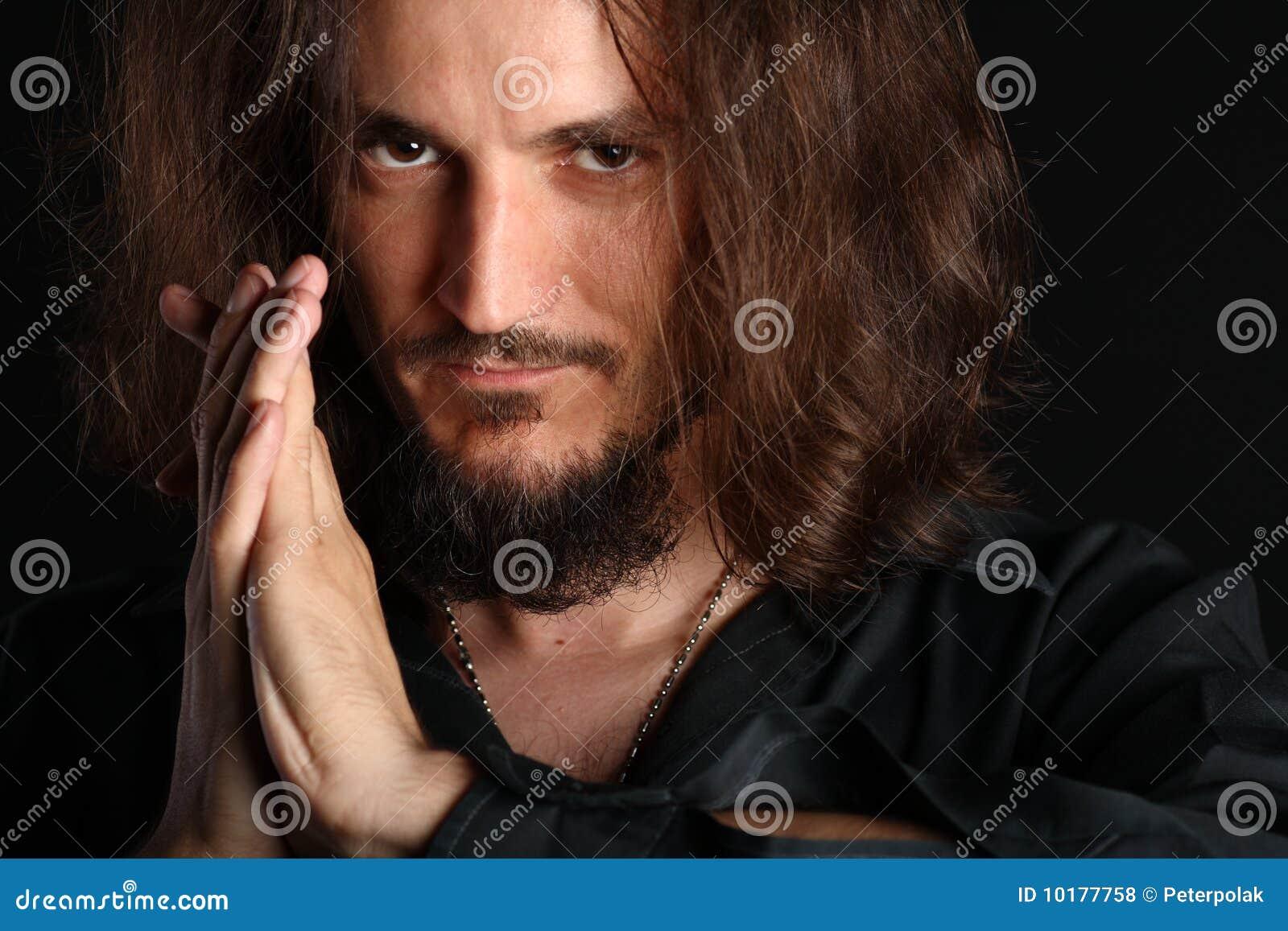 查出的照相机查找人o祈祷的年轻人