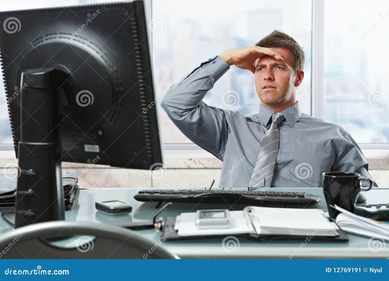 查找办公室屏幕的生意人