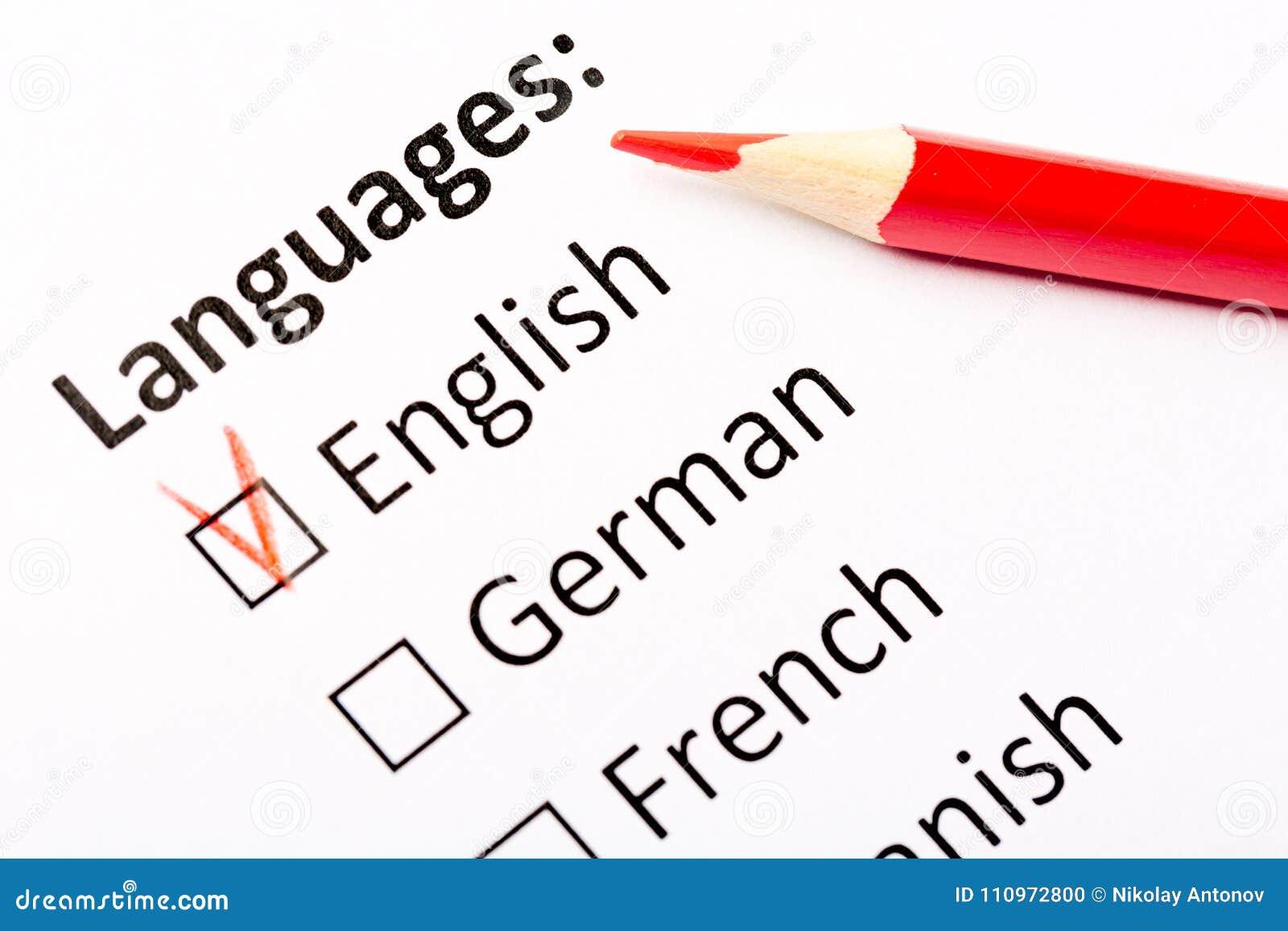 查询表概念 与英国,德国,法国,西班牙复选框的语言与红色铅笔 关闭与焦点的图象在Th
