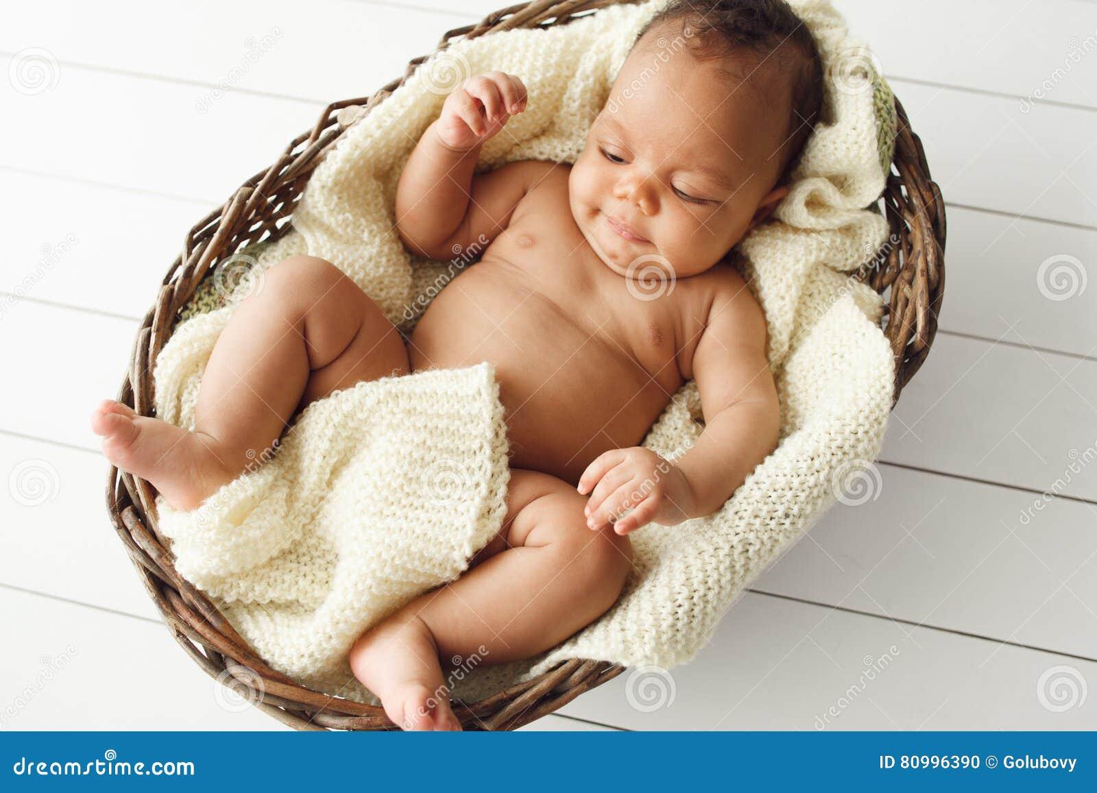 柳条筐的,平的位置新出生的非洲婴孩