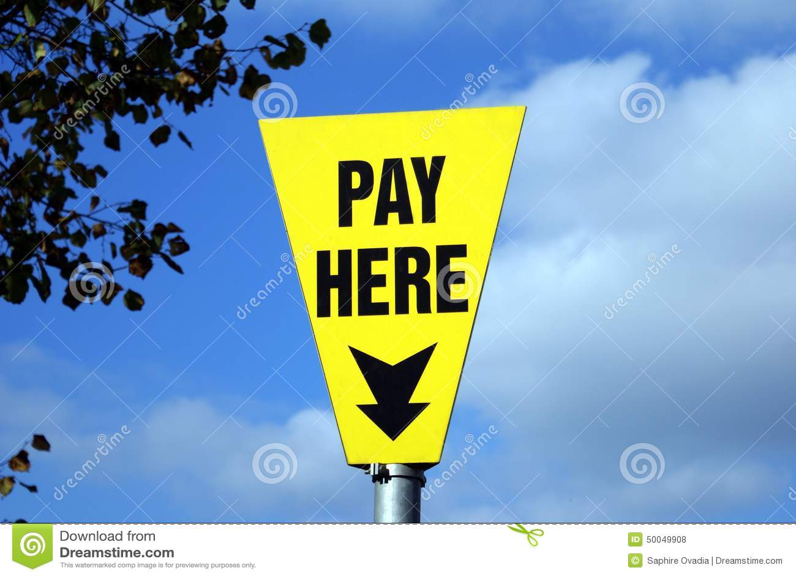 这里工资符号 一个标志在公众的停车场能支付.图片