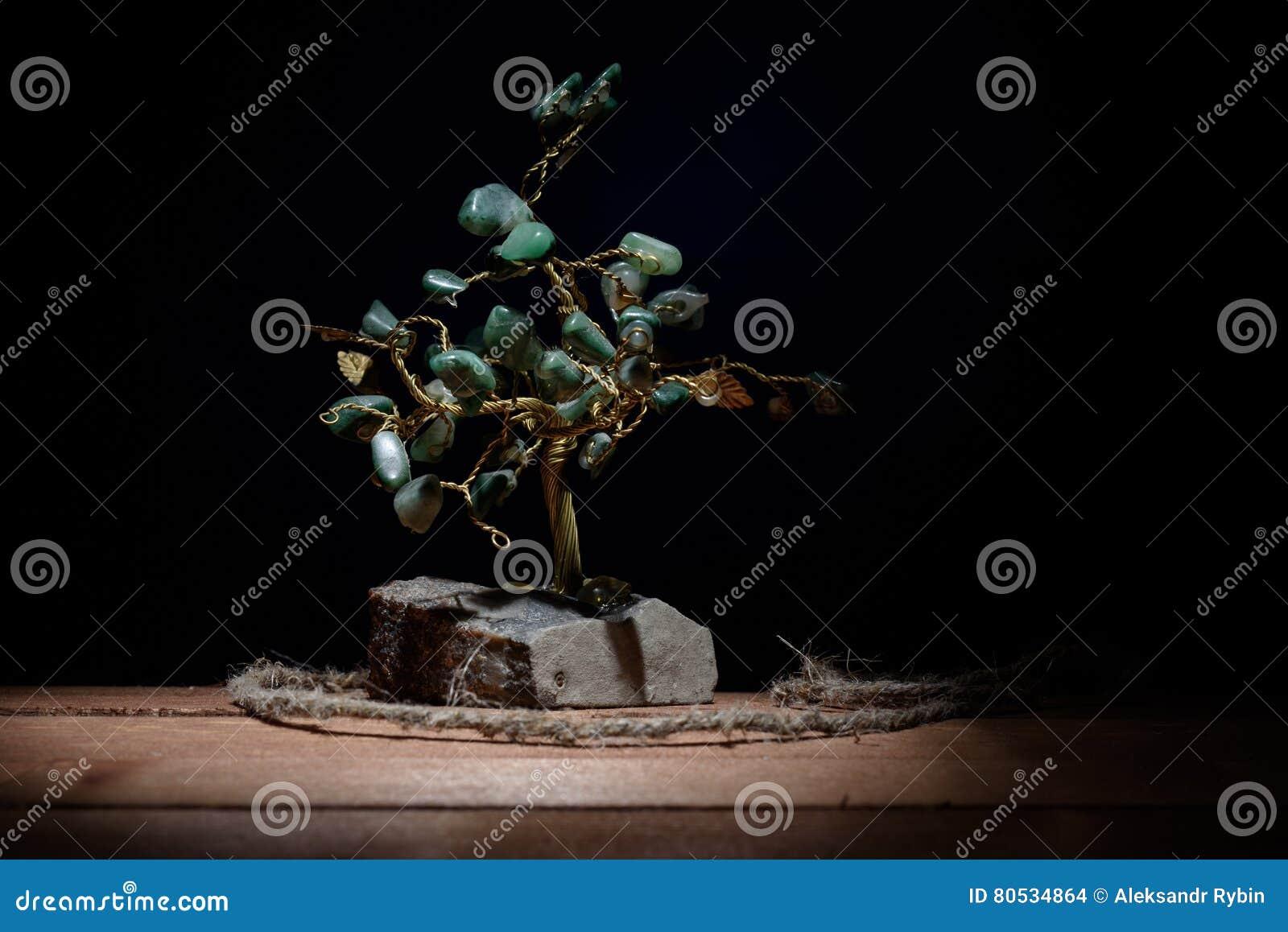 树和色的绿色纪念品在darkbackground留下绿沸铜石头