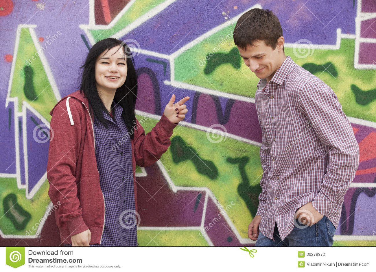 样式青少年的夫妇临近街道画背景。