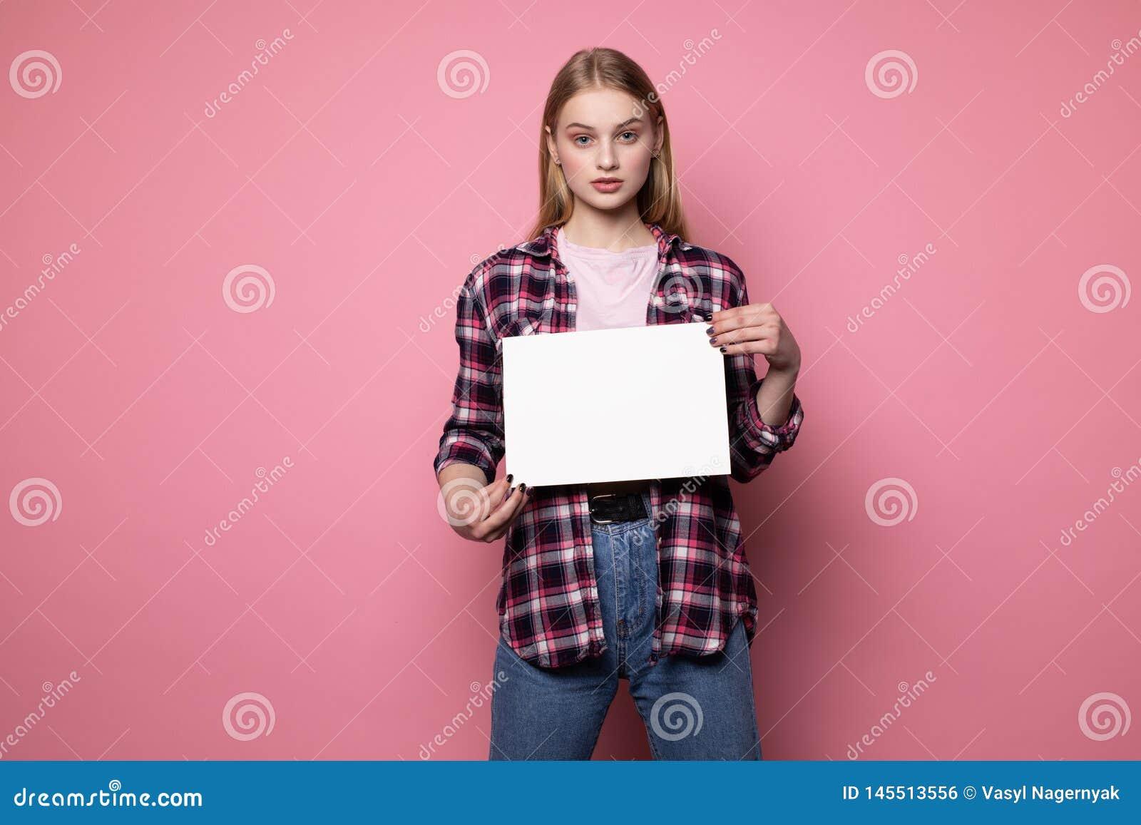格子衬衫的可爱的年轻白肤金发的妇女有您的文本的空的空白的
