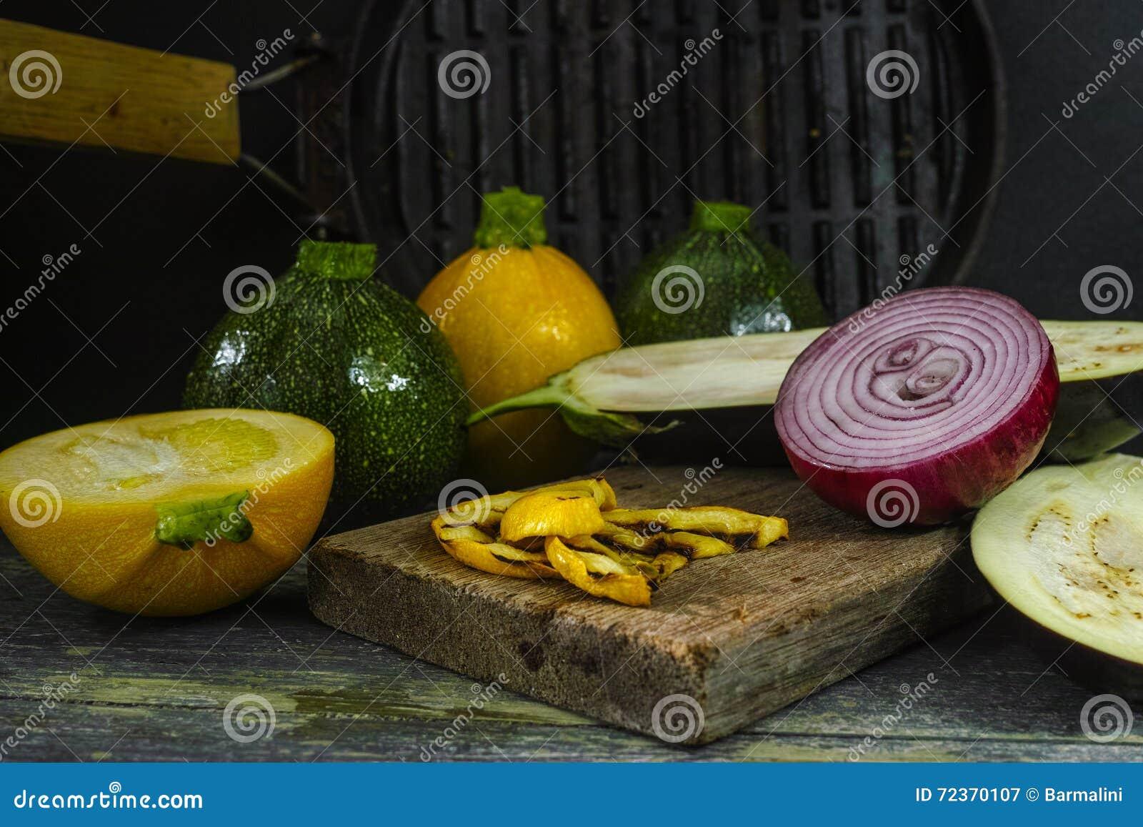 格栅-黄色和绿色夏南瓜的,红色onio新鲜蔬菜