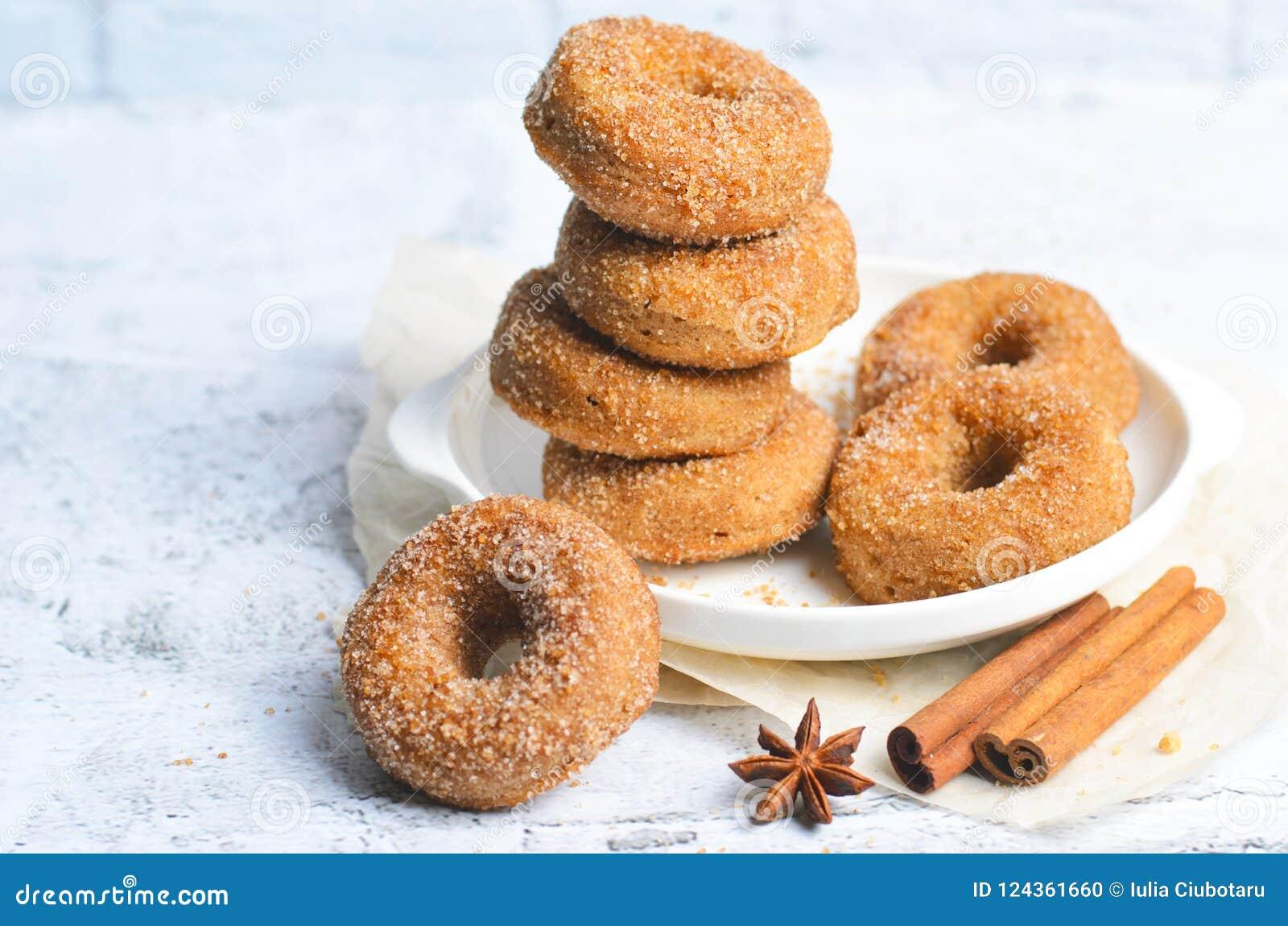 桂香油炸圈饼,在糖和桂香混合物盖的新近地被烘烤的多福饼