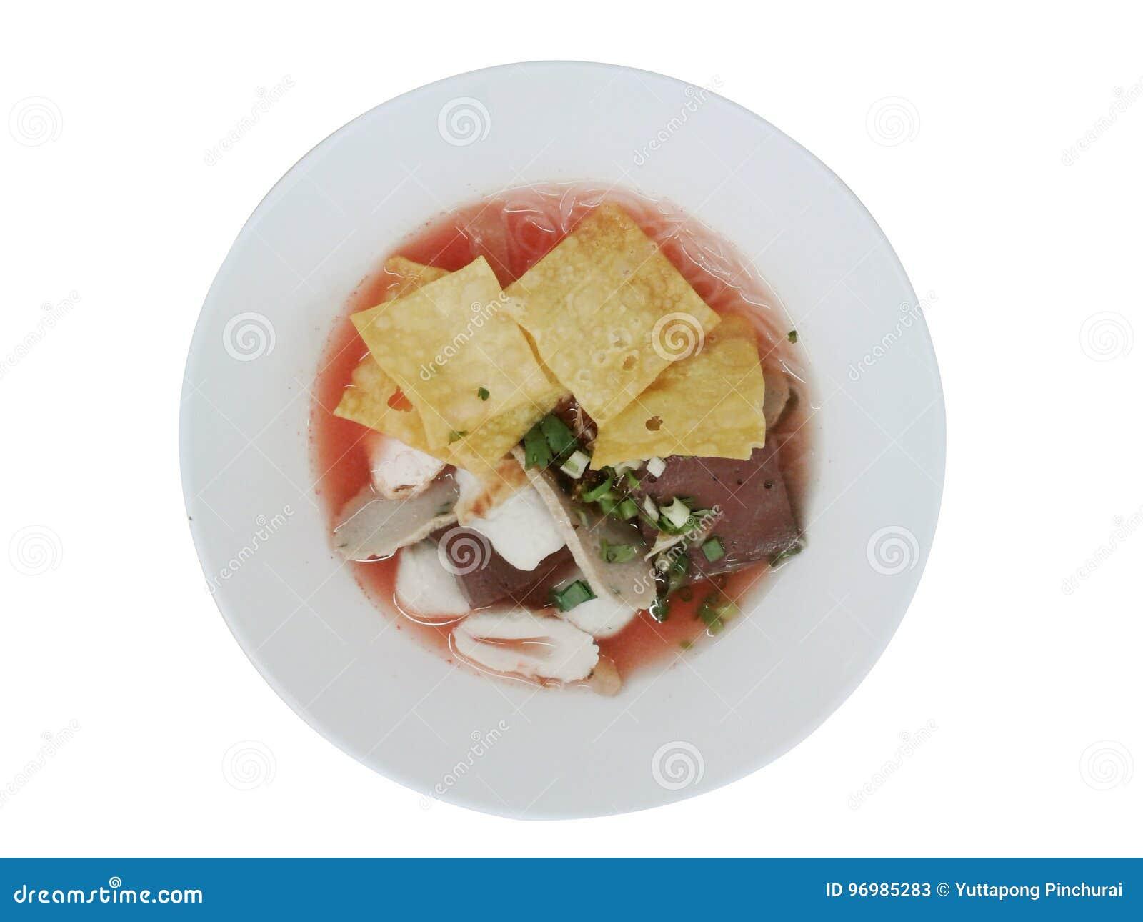桃红色与鱼丸,饺子鱼,鸡蛋的海鲜平的面条和