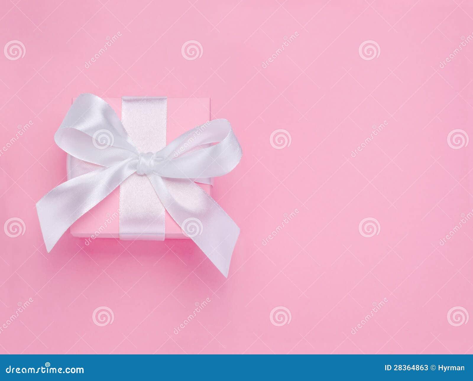 桃红色情人节礼物盒附加的空白丝带弓