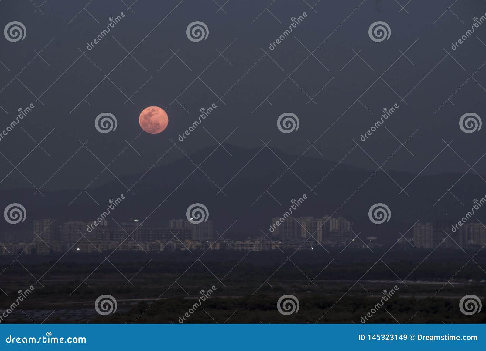 桃红色月亮在4月月