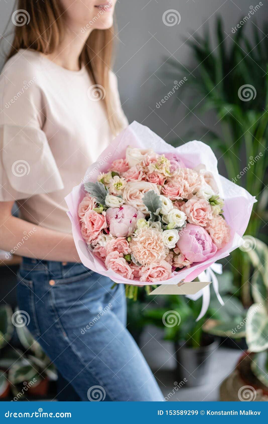 桃红色牡丹 E 花卉商店概念 英俊的新鲜的花束 ?