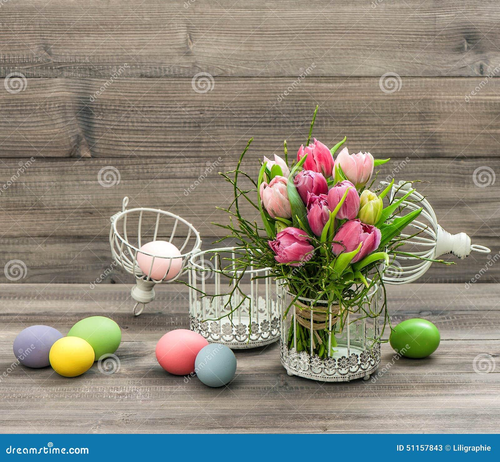 桃红色郁金香花和色的复活节彩蛋 照片减速火箭的样式