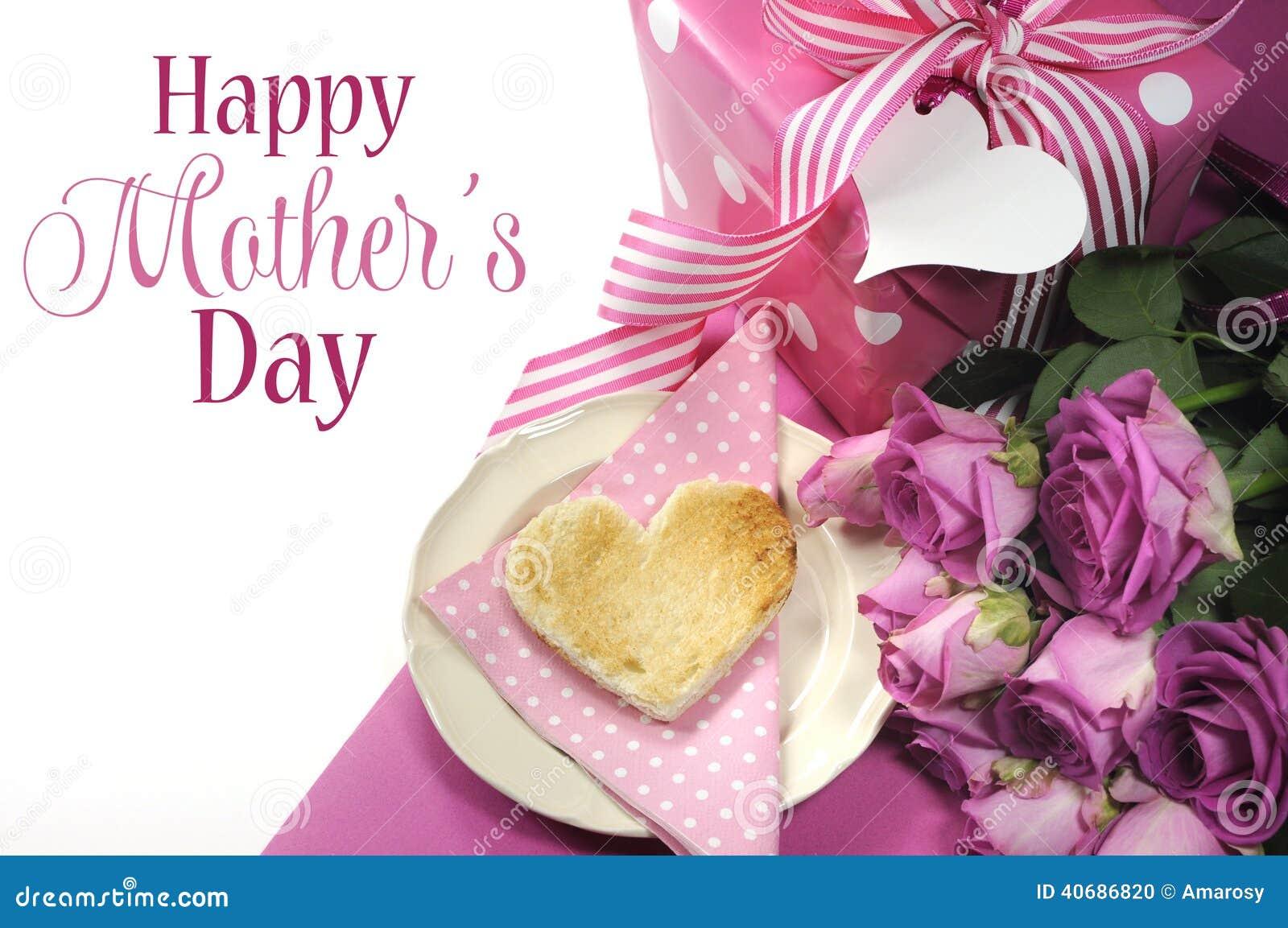 桃红色题材早餐用心形的多士,玫瑰和圆点礼物与愉快的母亲节抽样文本