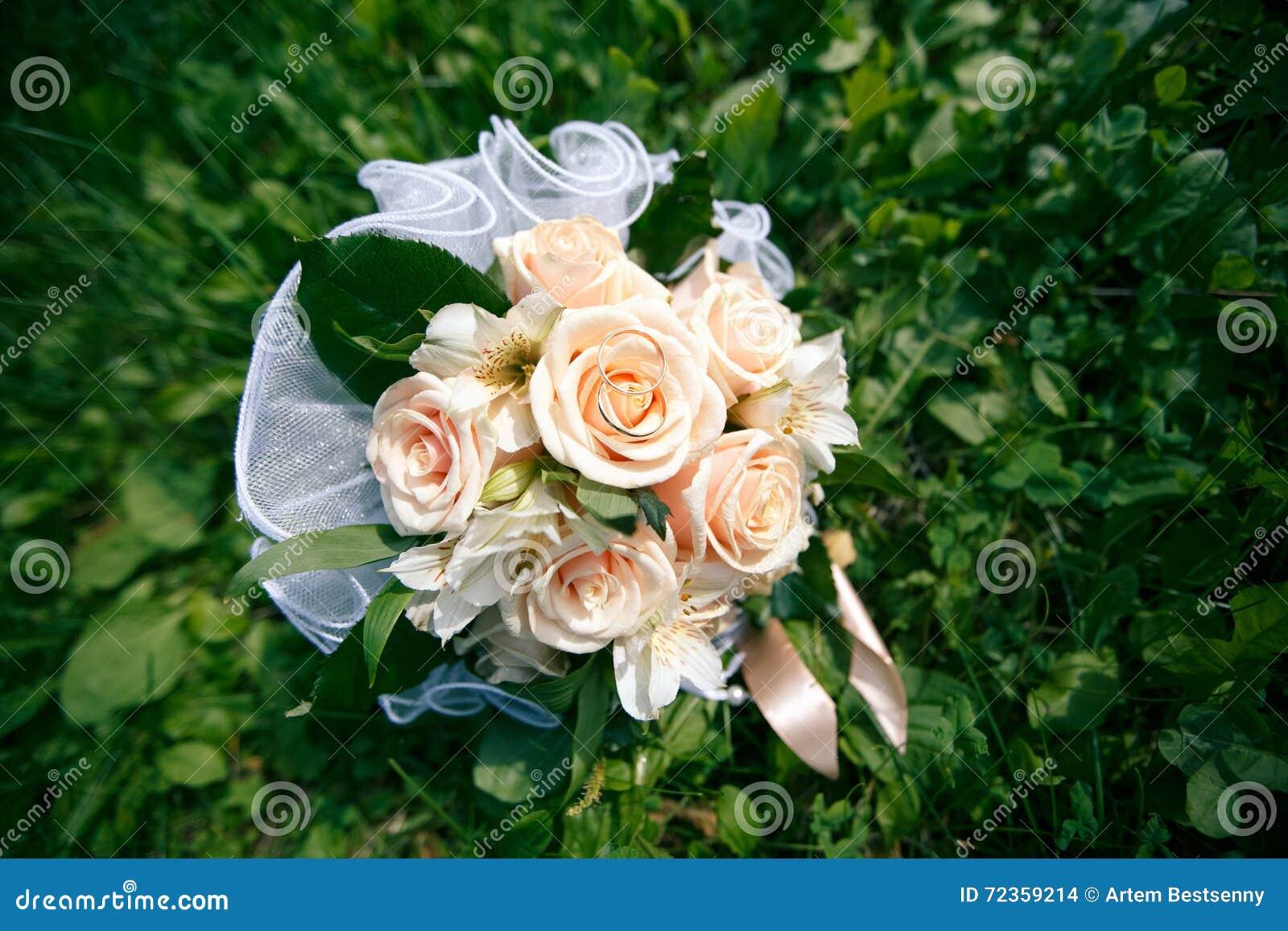 从桃色的玫瑰的婚礼花束