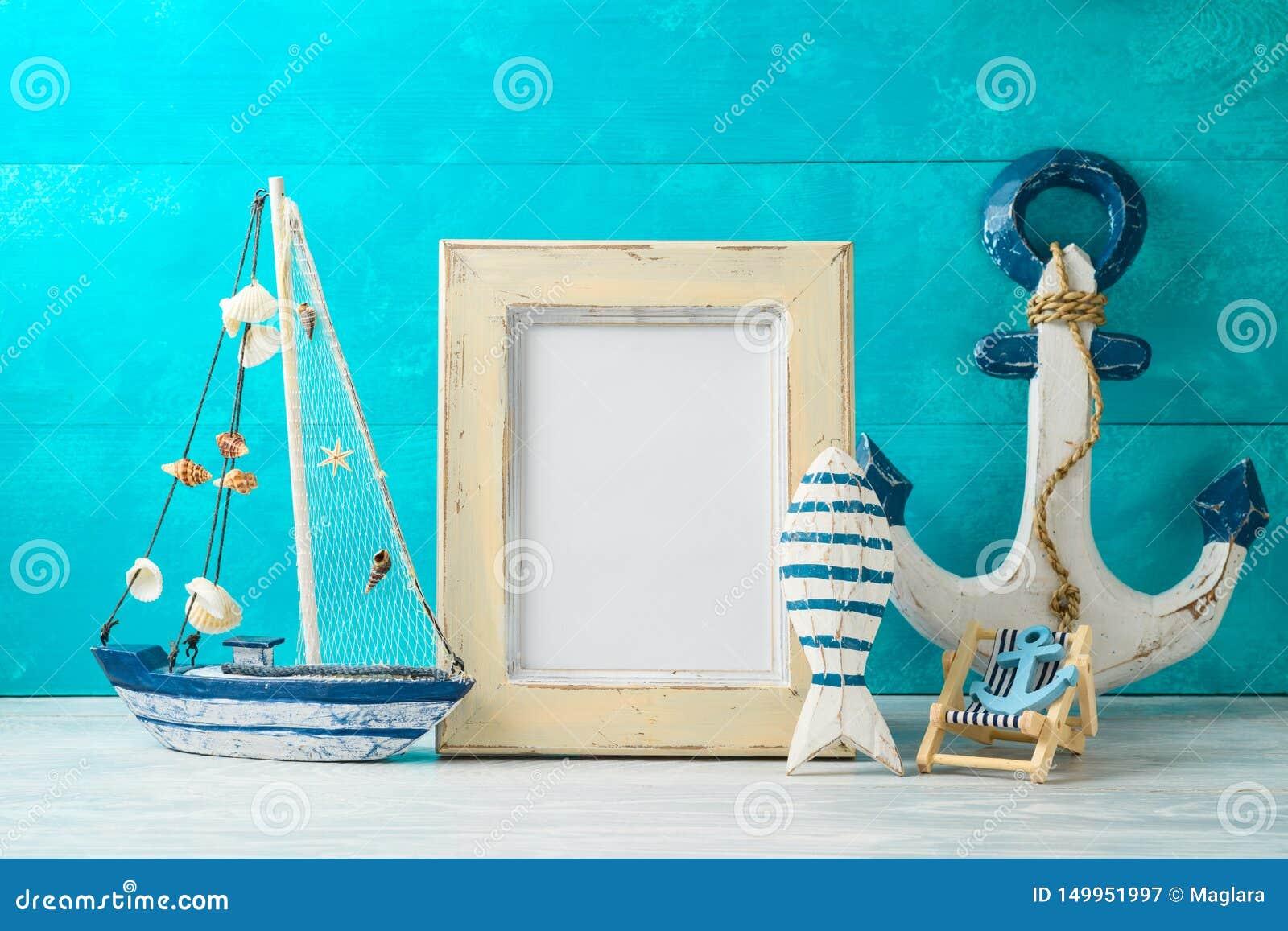 框架和船舶夏天装饰在木桌上