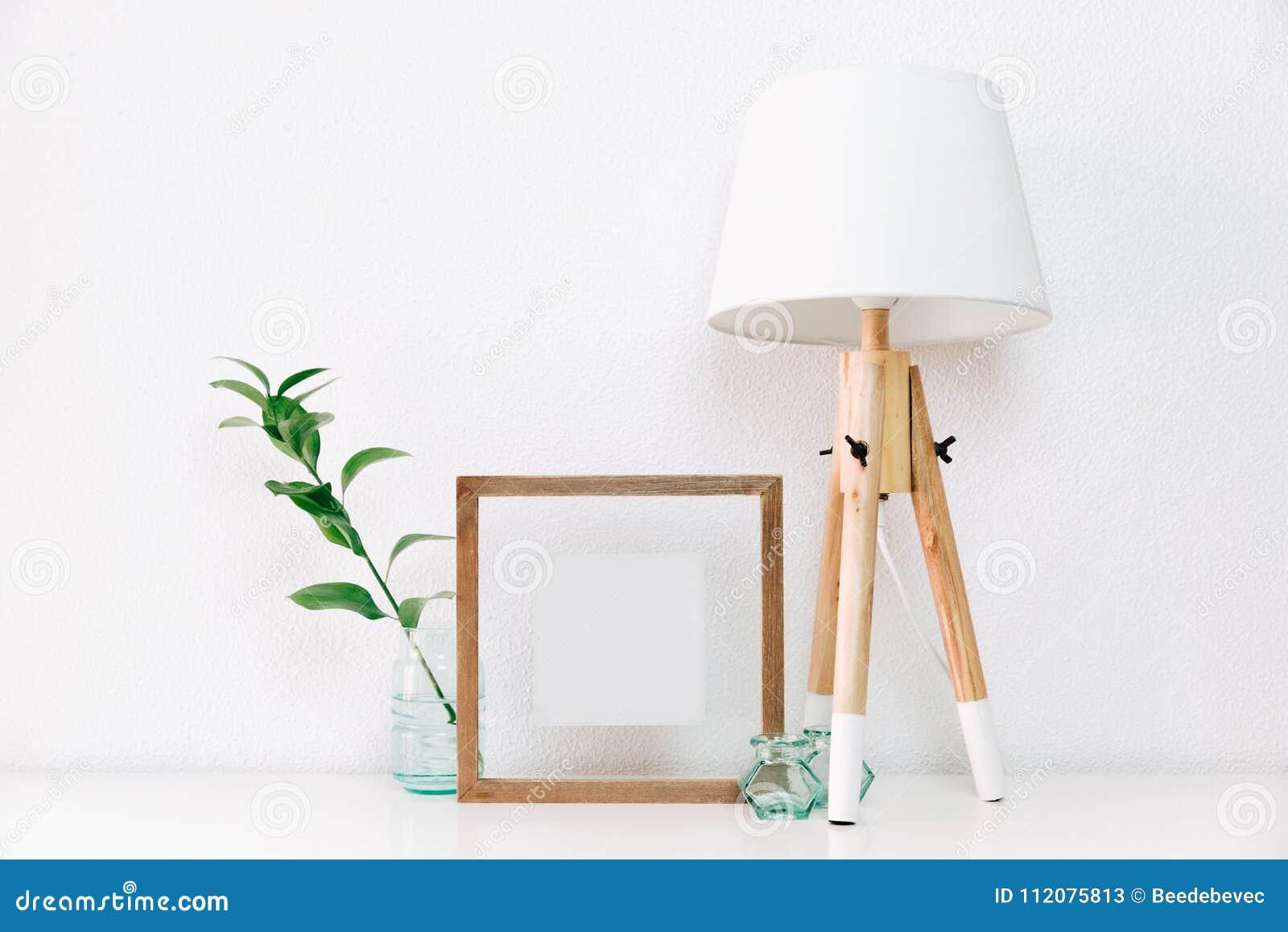 框架海报嘲笑与花瓶和北欧人装饰的绿色植物