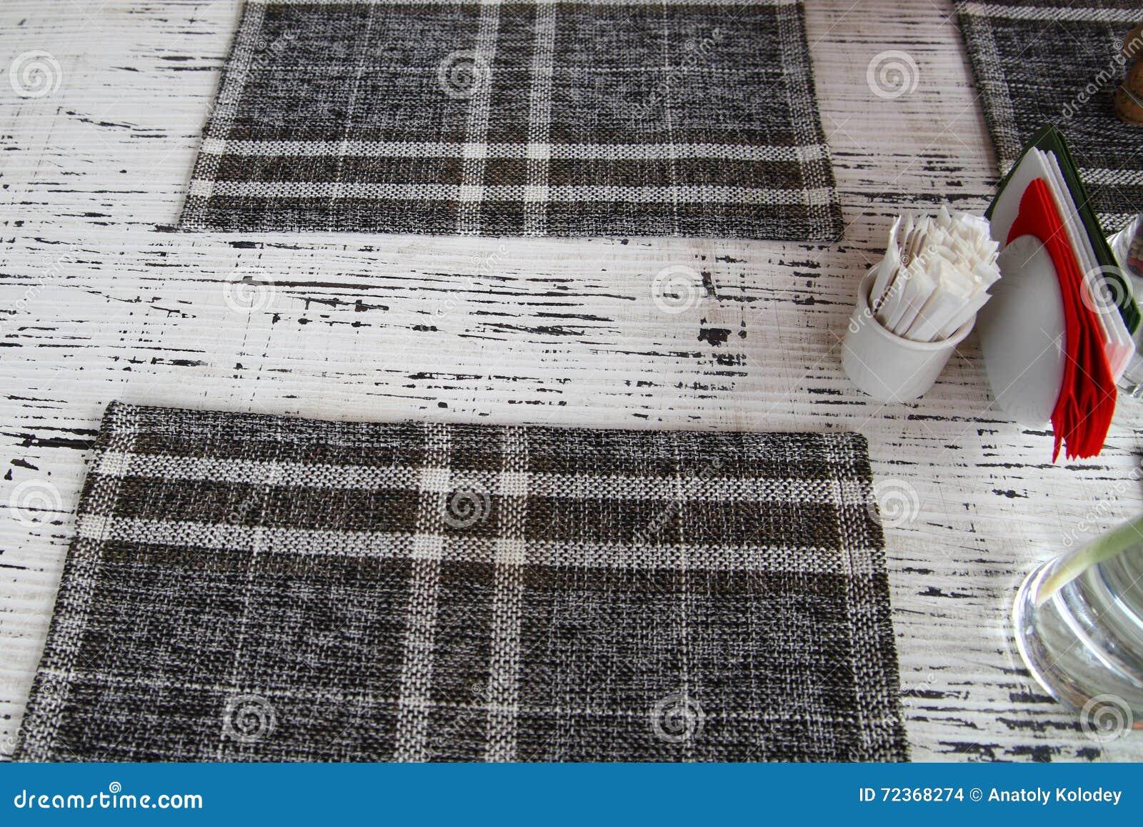 桌特写镜头与餐巾的