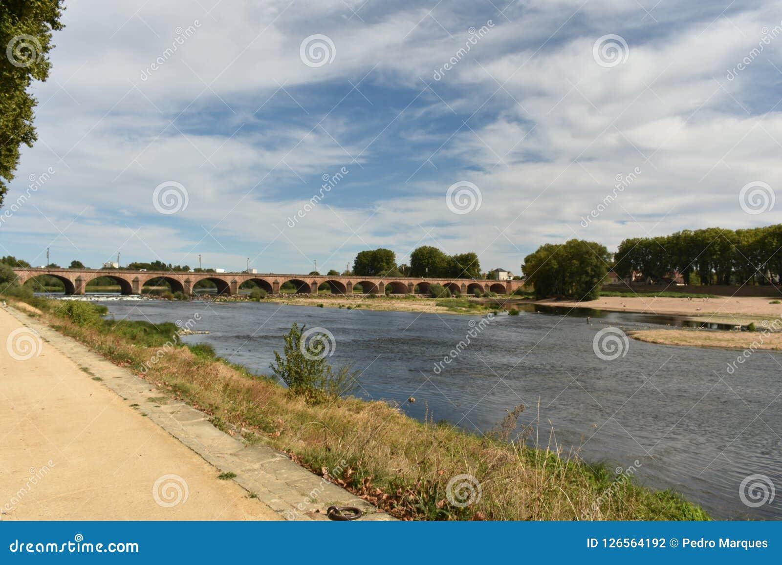 桥梁在讷韦尔-讷韦尔-法国