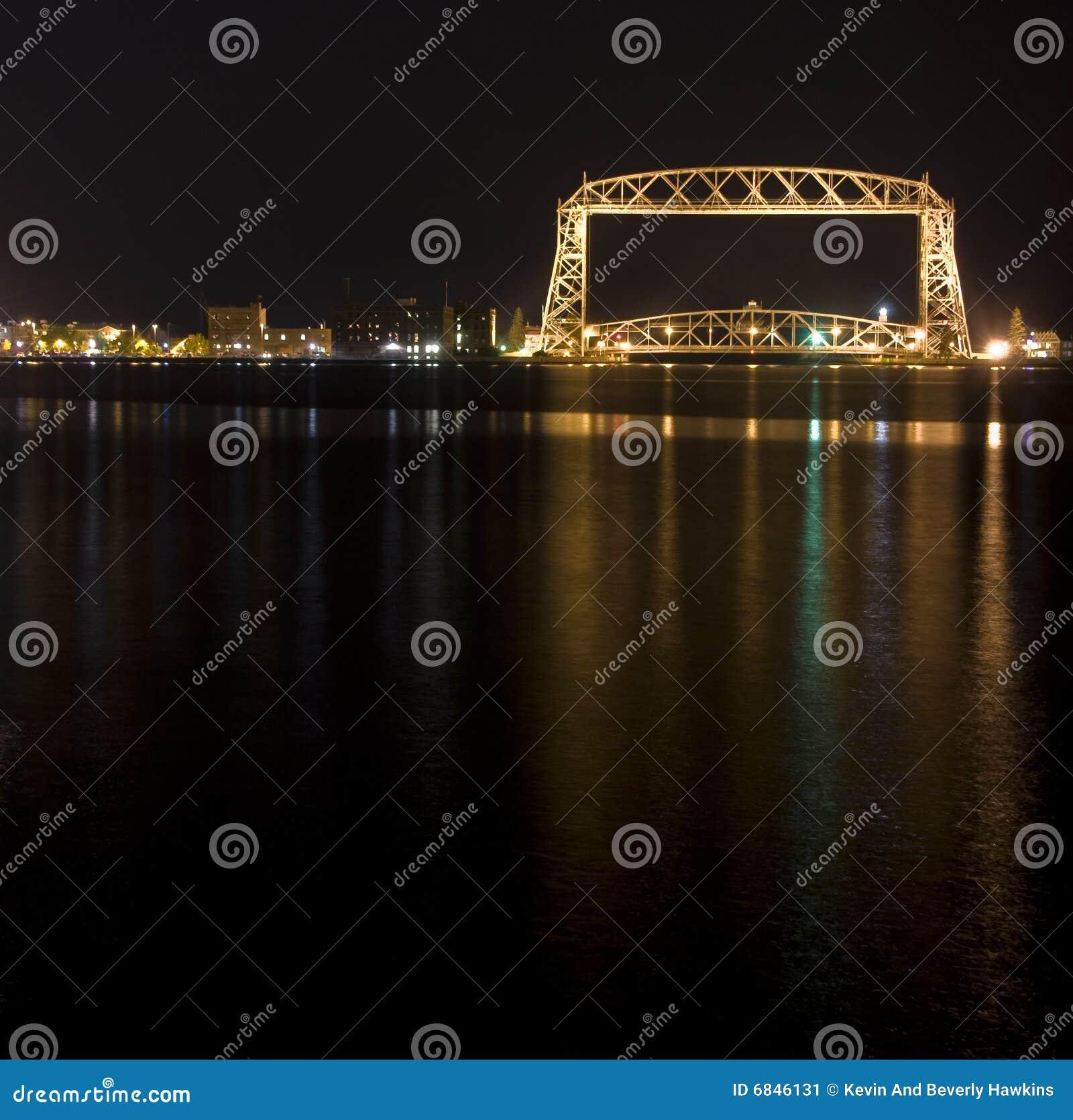 桥梁德卢斯推力晚上