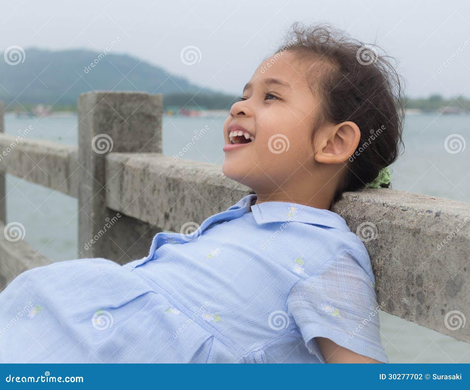 桥梁的一个逗人喜爱的快乐的女孩