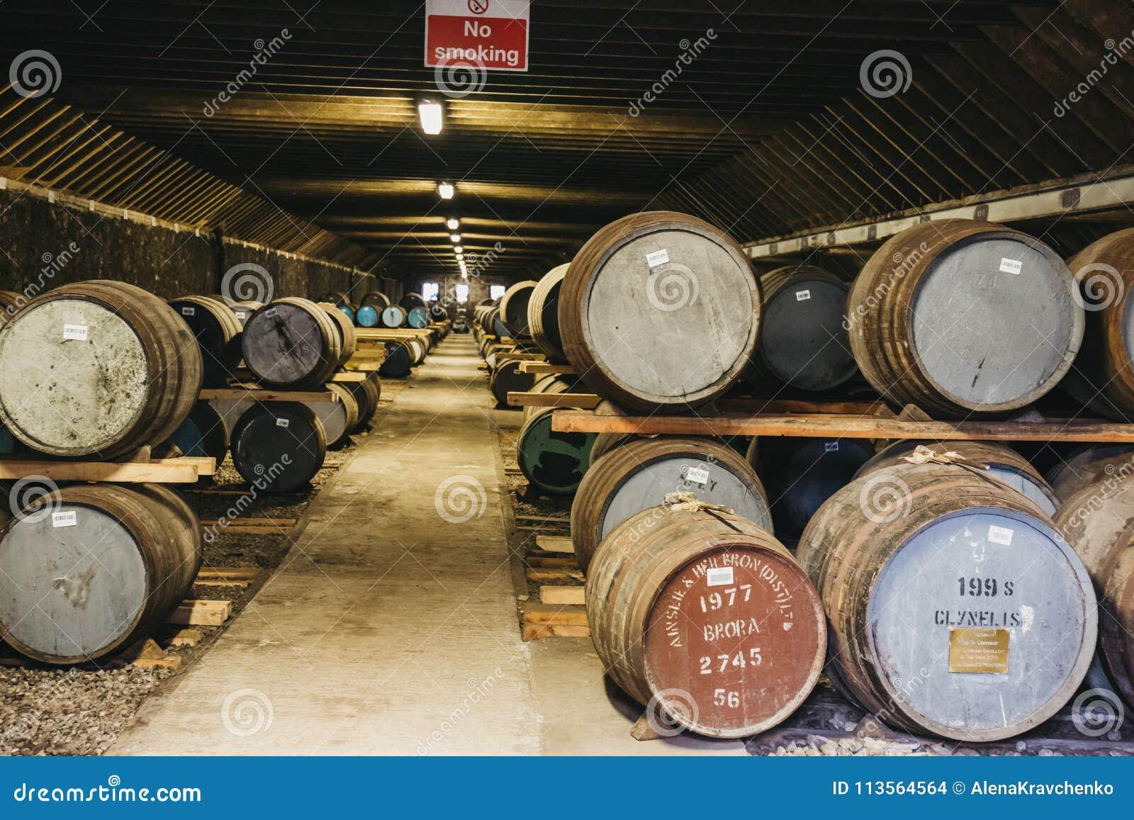 桶在Brora槽坊仓库里面的威士忌酒在苏格兰,在前面的罕见的Brora威士忌酒