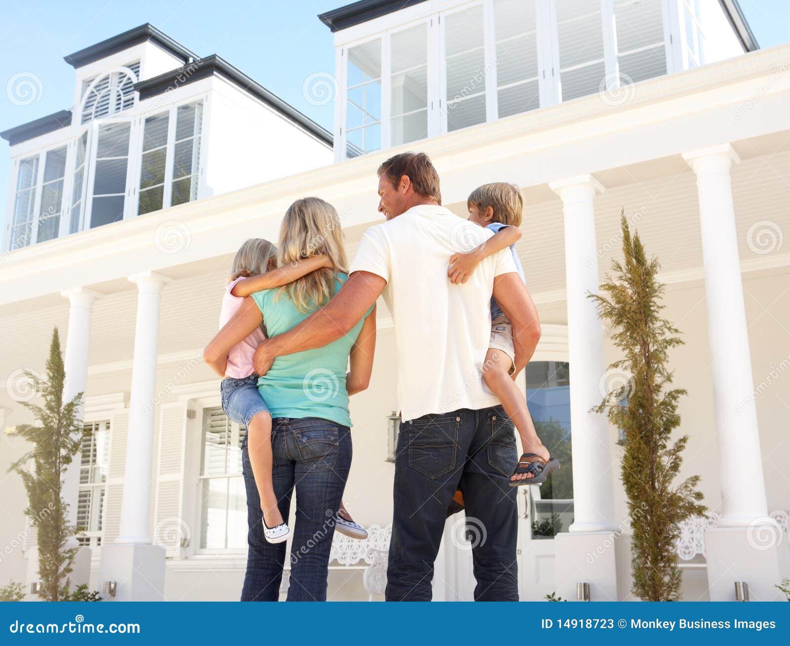 梦想房子外部常设年轻人