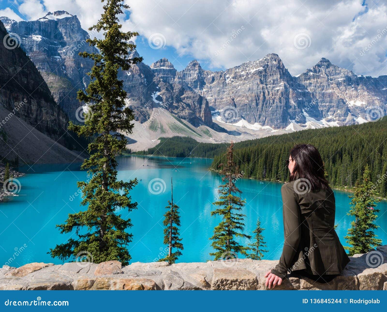 梦莲湖的游人在班夫国家公园,阿尔伯塔,加拿大