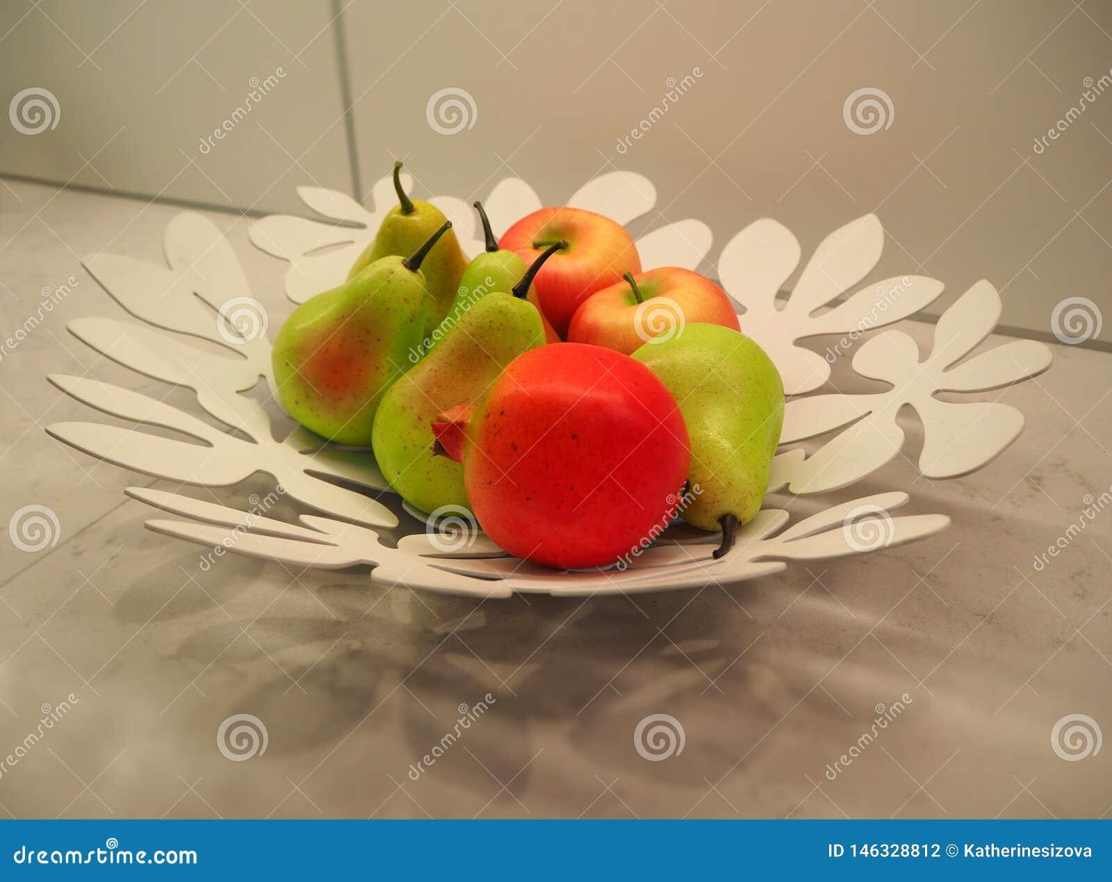 梨和苹果在板材作为厨房用桌的装饰