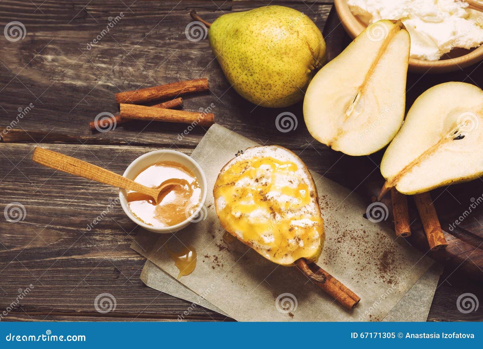 梨用乳清干酪乳酪、蜂蜜和桂香