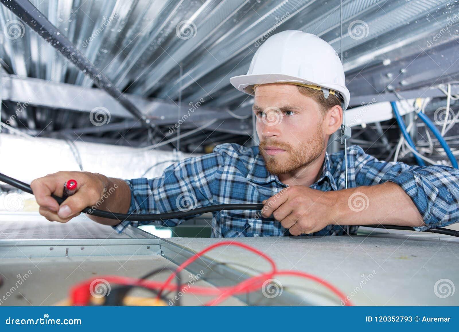 梯子的电工