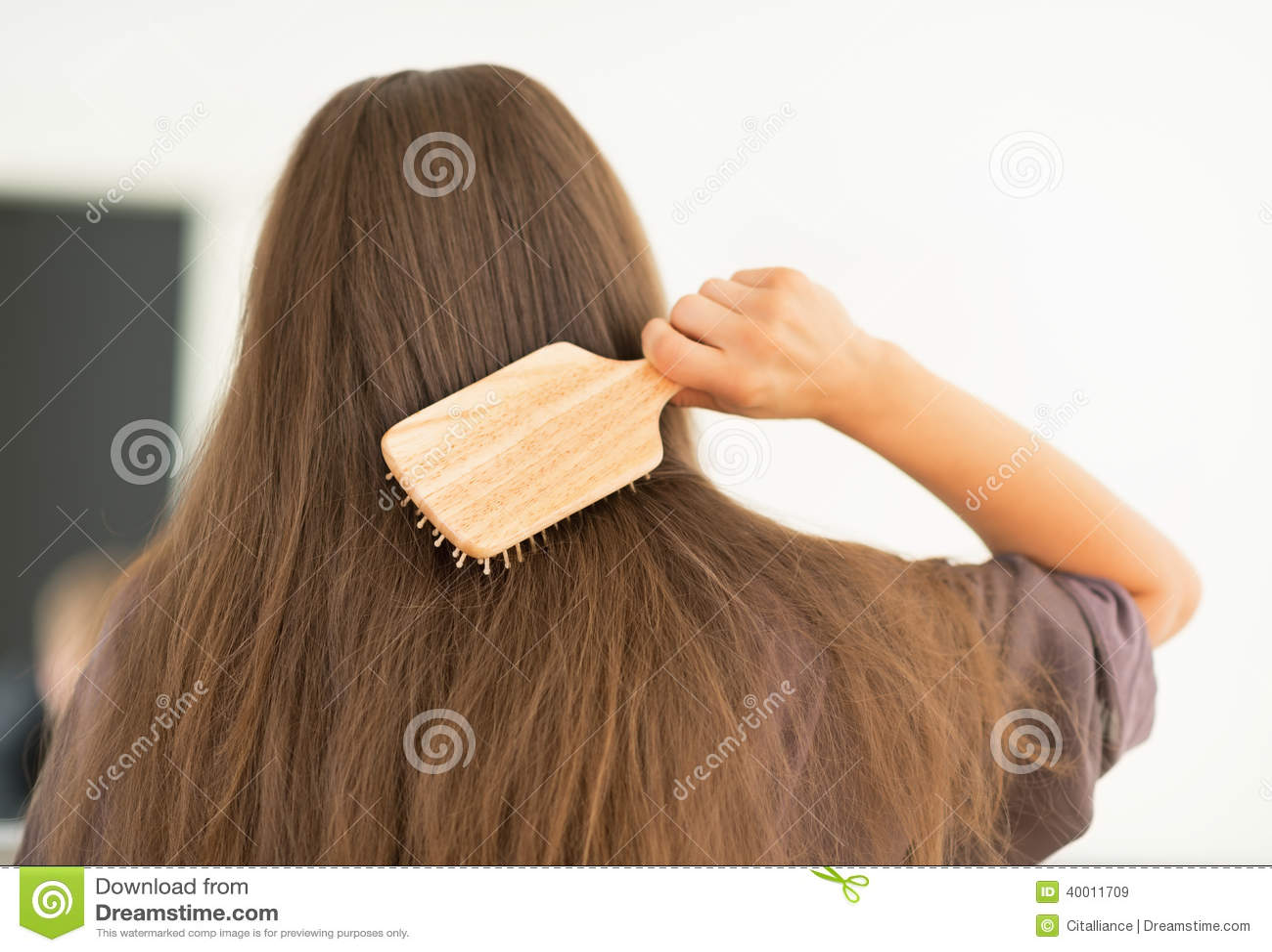 梳头发的少妇在现代卫生间里 查出的背面图白色.图片