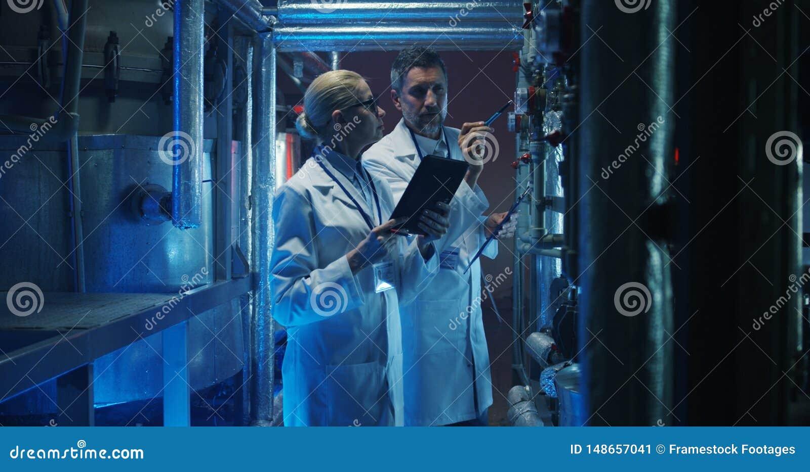 检查压力表的科学家