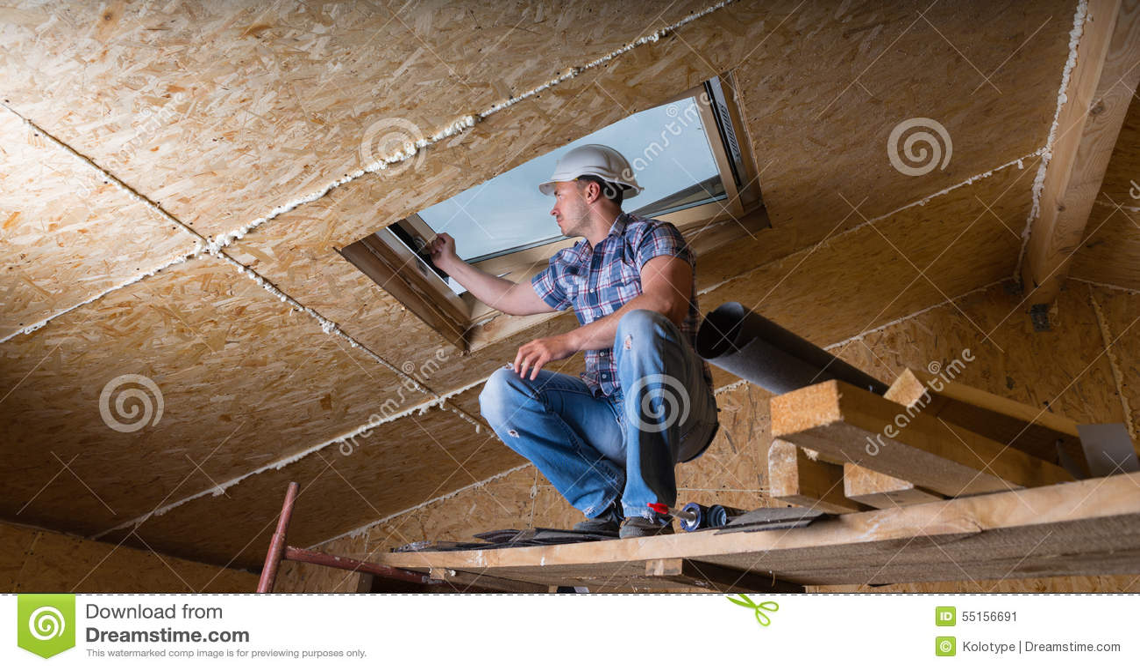 检查天窗的建造者在未完成的议院里