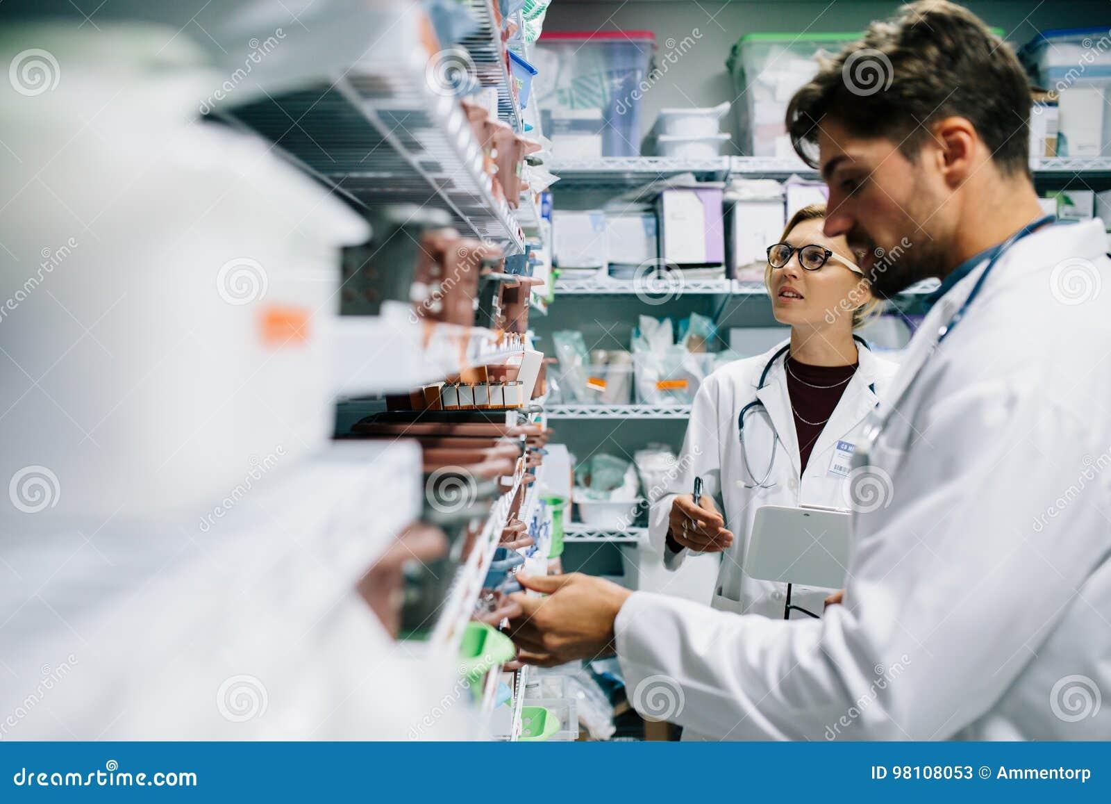检查存货的药剂师在医院药房
