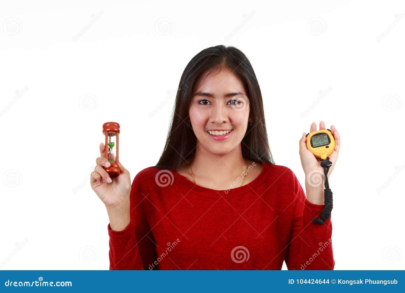 检查定时器的年轻亚裔夫人画象由滴漏或秒表