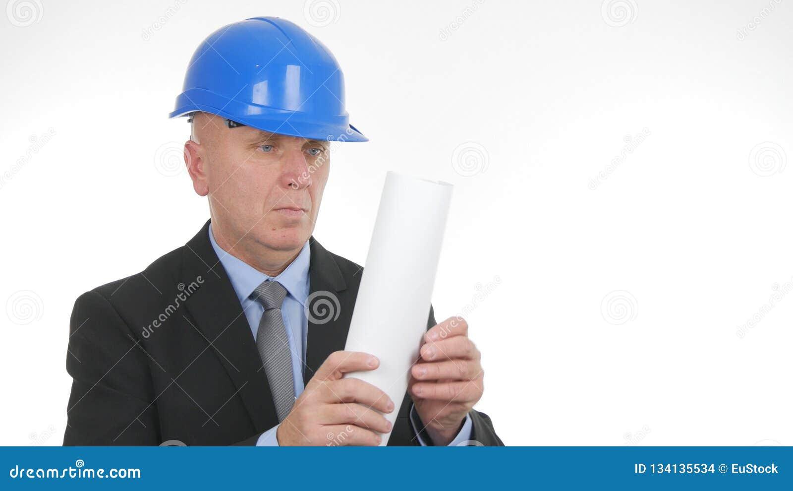 检查建筑师纸计划的工程师图象