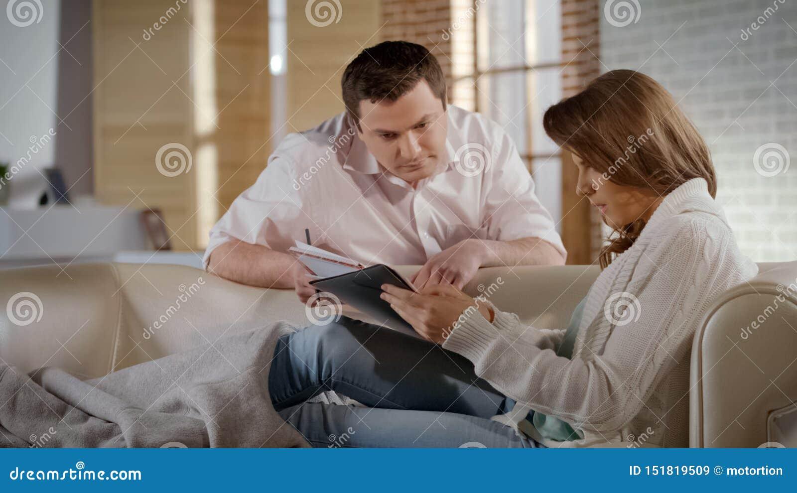检查房子docs的年轻家庭,吃惊由价格租和公共事业