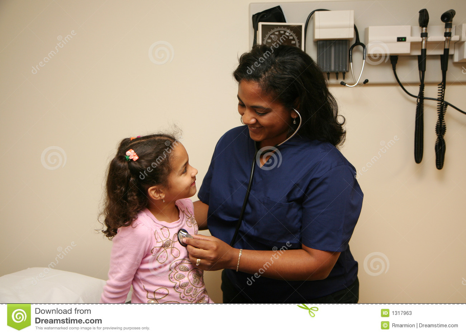 检查护士耐心的年轻人