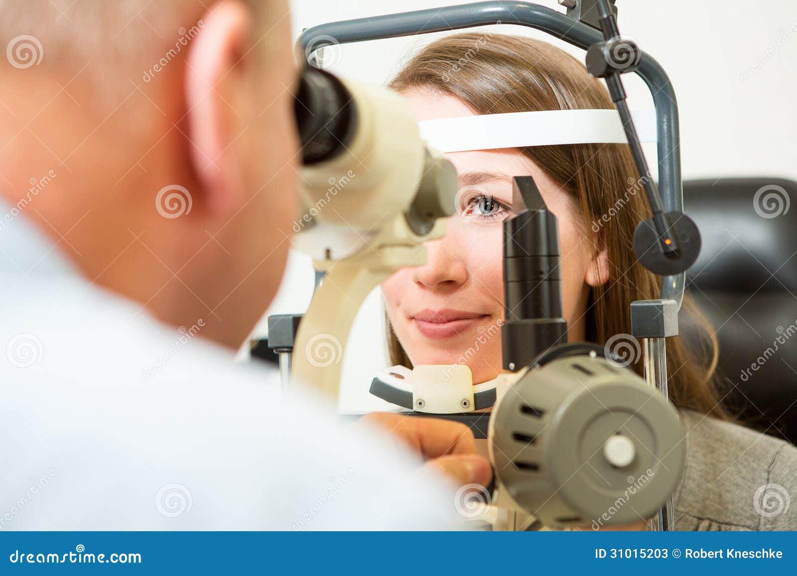 检查眼睛的验光师与裂缝