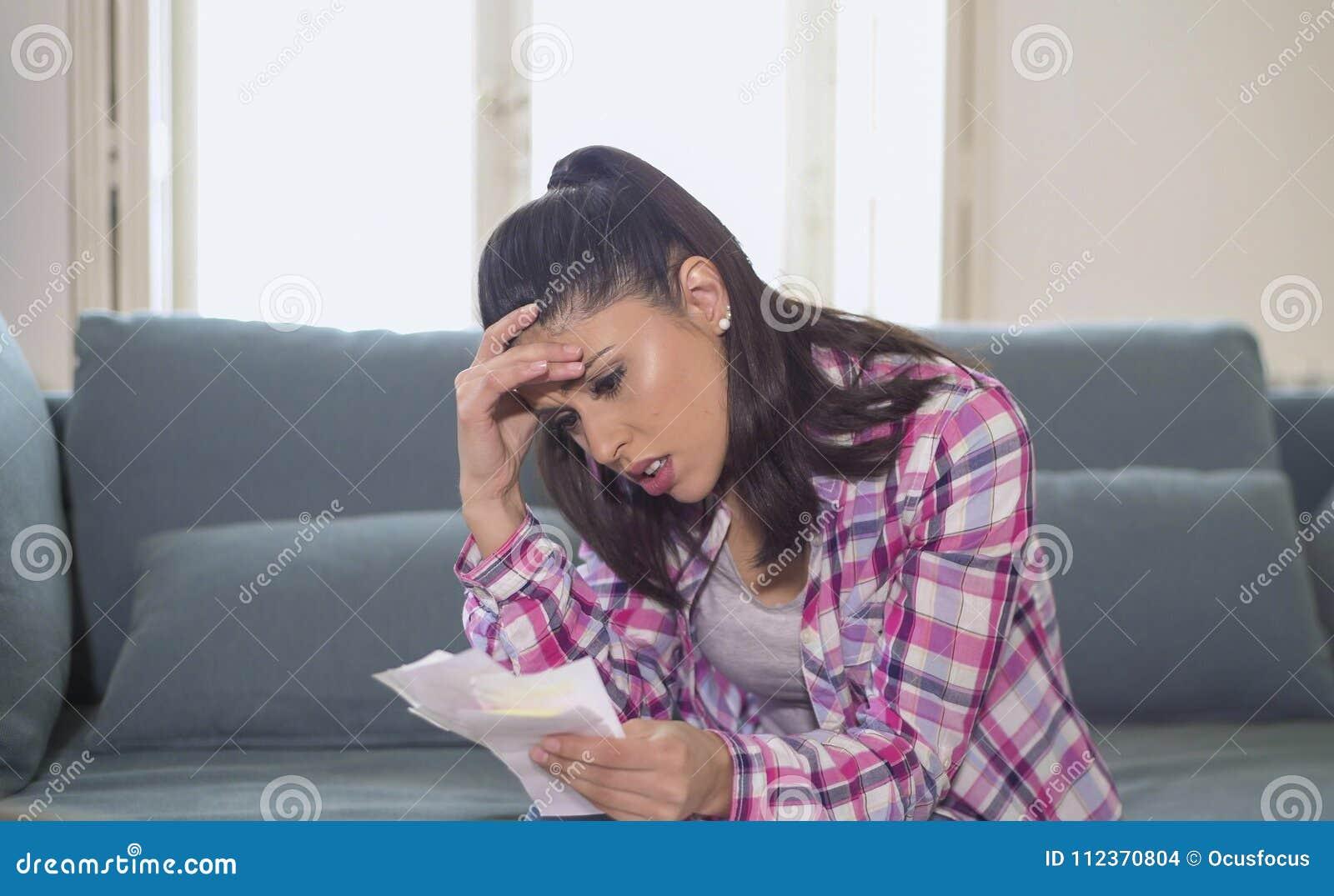 检查票据银行票据费用和月度付款在重音的年轻可爱和担心的西班牙妇女在公寓生活