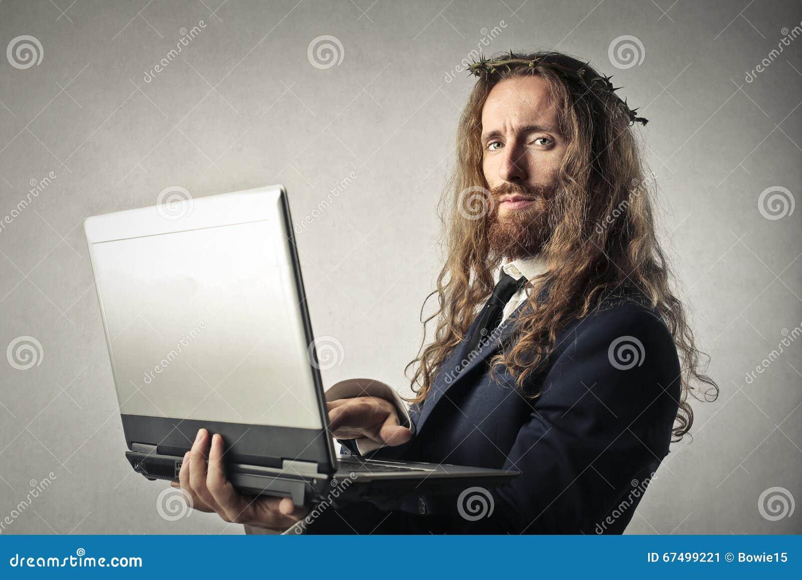 检查他的膝上型计算机的耶稣