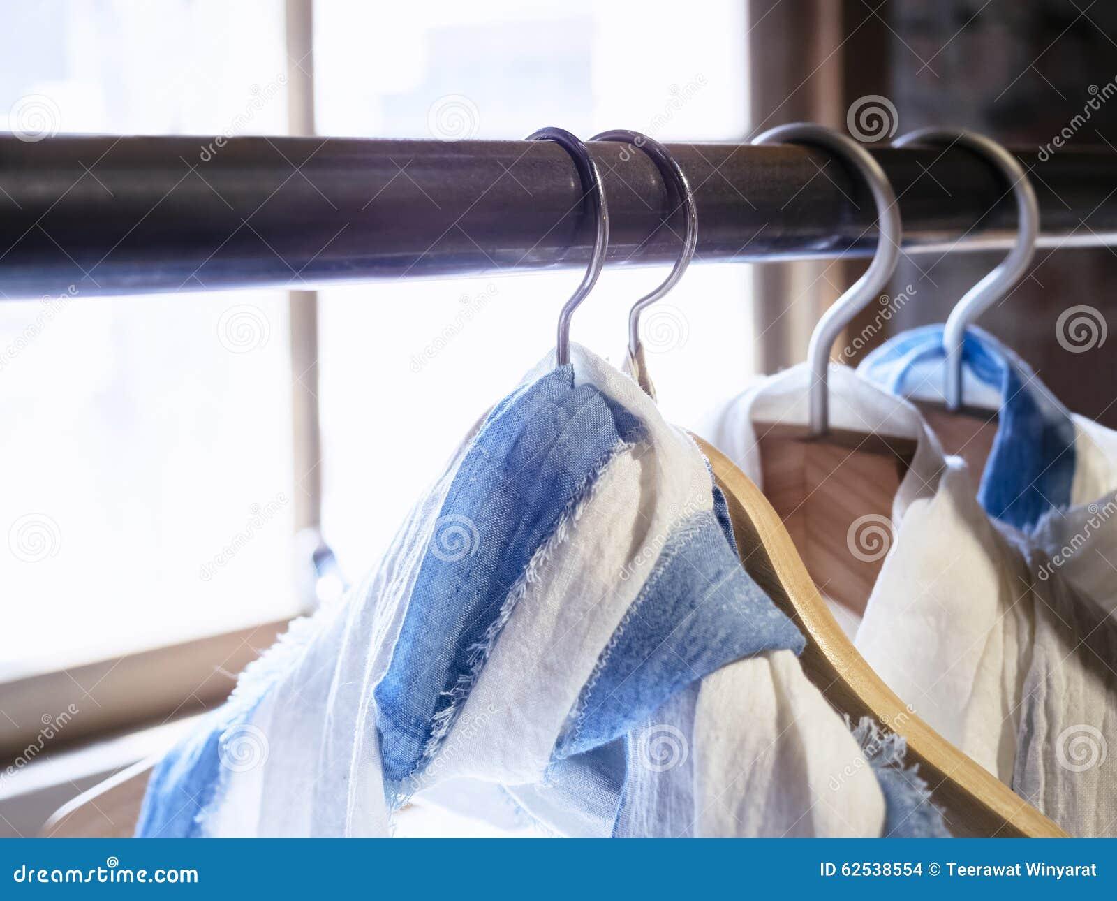 棉布衬衣垂悬的显示在商店