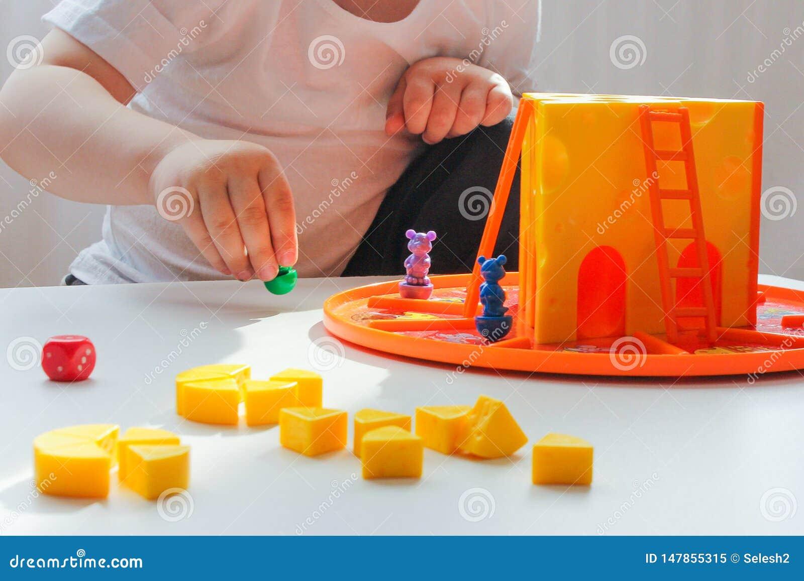 棋和孩子小男孩的概念打一场容易的比赛用乳酪和老鼠