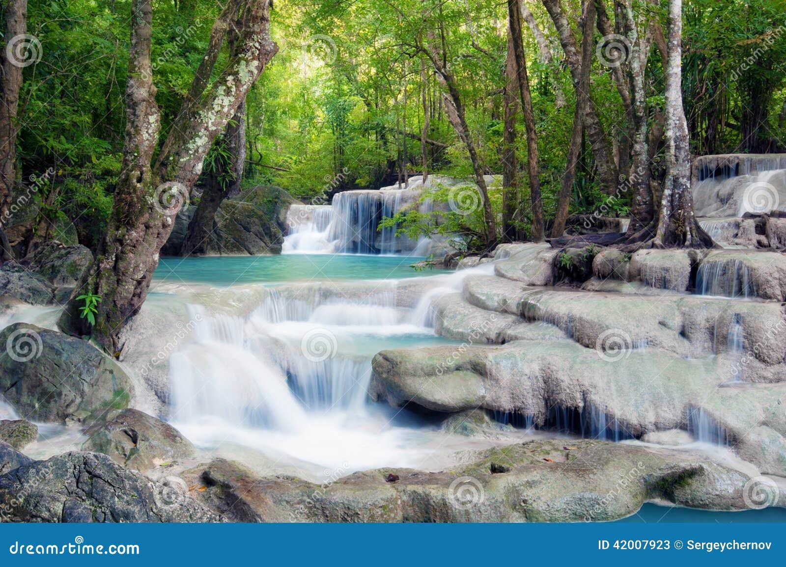 瀑布在泰国的热带森林里.图片
